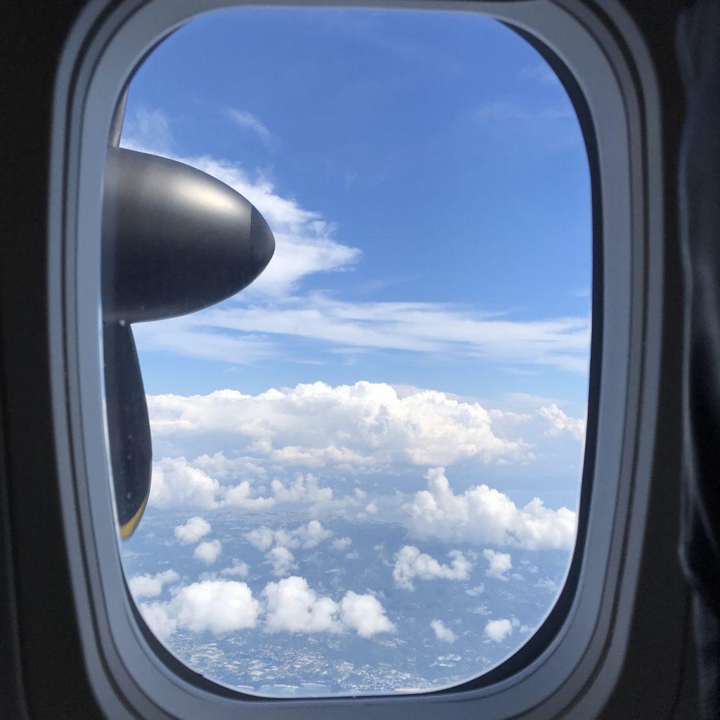 那覇発与論島行きの飛行機の中の画像