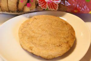 沖縄の安いお菓子のお土産、塩せんべいの画像