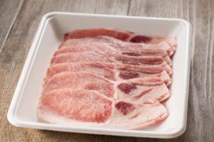肉のトレーは電子レンジで温め可能!ただし解凍モードのみでそれ以外は危険