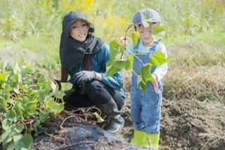 芋掘りは長靴ないとダメ?大人と子供の服装やあると便利な持ち物紹介!